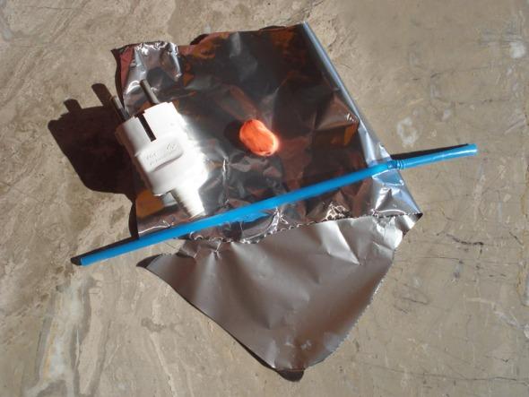 Τα απαραίτητα για 1 μαράκα: 1 πρίζα (αν έχετε παλιά, που είστε έτοιμες να την πετάξετε, ακόμα καλύτερα), λίγη πλαστελίνη, 1 καλαμάκι και λίγο αλουμινόχαρτο. © beautyworkshop.gr