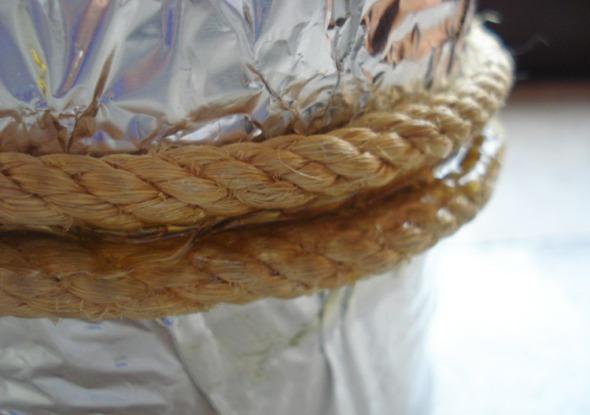 Κολλάμε το σχοινί στην κονσέρβα και αφήνουμε αρκετή ώρα, για να στεγνώσει. © beautyworkshop.gr