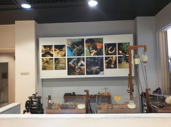 Μέσα στο μουσείο υπάρχει ένα πραγματικό εργαστήρι αργυροχρυσοχοΐας.  © beautyworkshop.gr