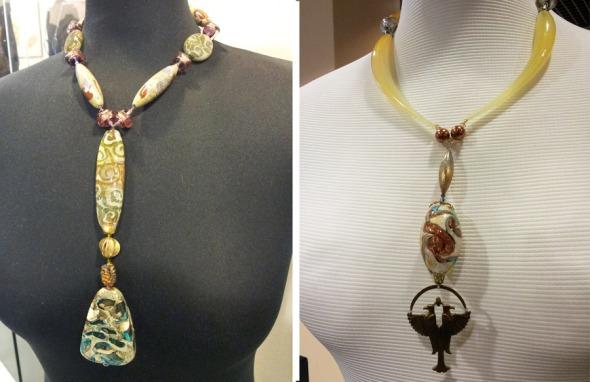 Το δεξί κολιέ είναι το ακριβότερο κομμάτι της συλλογής (πάνω από 2.500€), επειδή συνδυάζει και άλλες τεχνικές -είναι χειροποίητο στο σύνολό του, ακόμα και αυτό το περίτεχνο κρεμαστό που θυμίζει Αιγυπτιακό έμβλημα. © beautyworkshop.gr