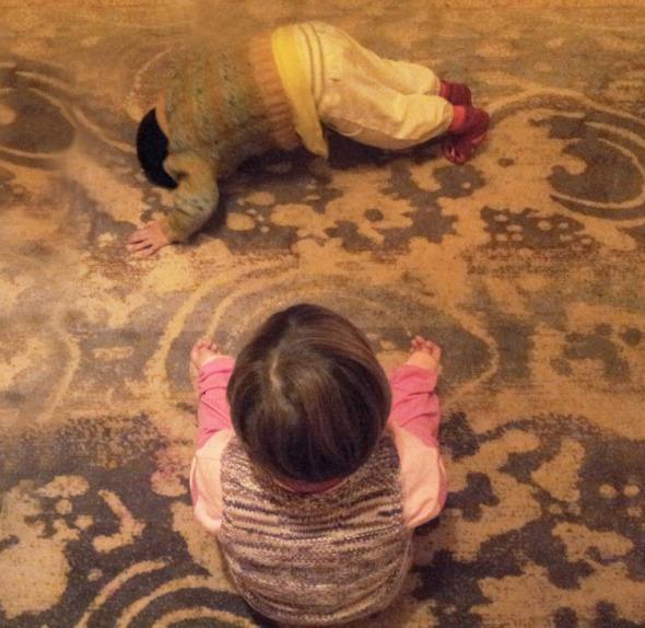 Ο μικρός εκτελεί άψογα κάτω σκύλο, ενόσο η μεγάλη διαλογίζεται. © beautyworkshop.gr