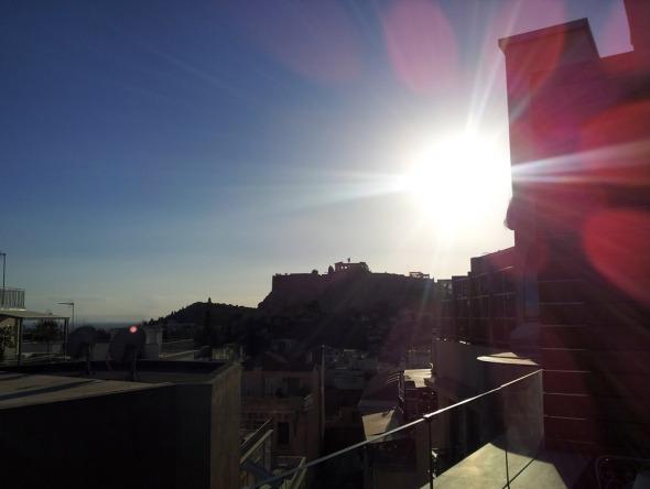Ακρόπολη κόντρα στο φως, από το roof garden του New Hotel. © beautyworkshop.gr