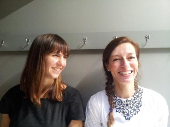 Με την Έλσα (Μπίστη, στα αριστερά, International Marketing Manager της μάρκας) γνωριζόμαστε αρκετά χρόνια, ενώ με τη Ναταλία (Μελισσινού, PR director), ακόμα περισσότερα! Για αυτό, όταν τους ζήτησα να ποζάρουν, το έκαναν τόσο αυθόρμητα, όσο ακριβώς φαίνεται στη φωτογραφία. © beautyworkshop.gr