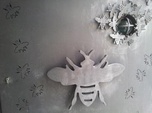 Η πόρτα του καταστήματος είναι σχεδιασμένη από τον γλύπτη Νίκο Παπουτσίδη... © beautyworkshop.gr