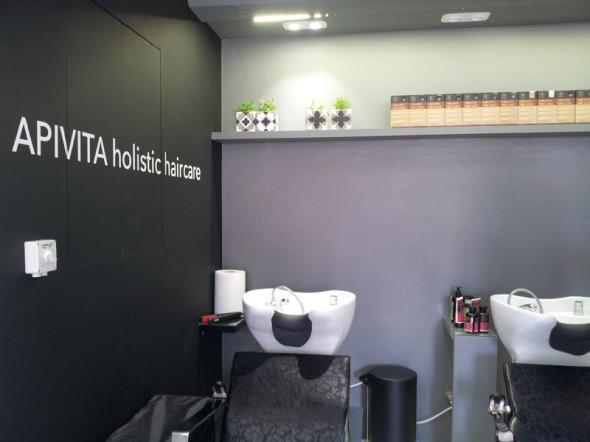 Στο κατάστημα λειτουργεί κομμωτήριο, αποκλειστικά με φυτικές βαφές Apivita... © beautyworkshop.gr