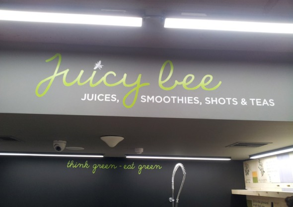 Juicy Bee λέγεται το πρωτότυπο bar με φυσικούς χυμούς, smoothies και αφεψήματα που βρίσκεται στον πρώτο όροφο του Apivita Store... © beautyworkshop.gr