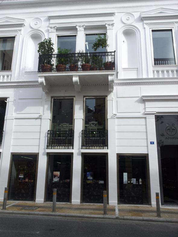 Το Apivita Experience Store βρίσκεται στο Κολωνάκι (Σόλωνος 6) και στεγάζεται σε ένα θαυμάσιο νεοκλασικό κτήριο, πλήρως ανακαινισμένο. © beautyworkshop.gr