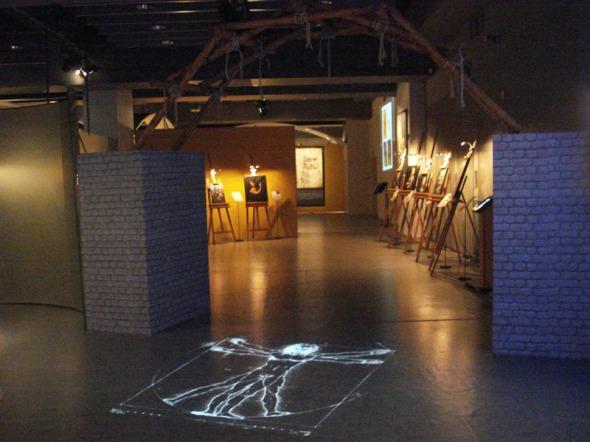 ...στην οποία εμφανίζονται ως προβολή στο πάτωμα διάσημα σχέδια του Da Vinci, όπως ο άνθρωπος του Βιτρούβιου  © beautyworkshop.gr