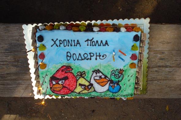To highlight των γενεθλίων ήταν, φυσικά, η φοβερή τούρτα που έφτιαξε με τα χεράκια της η καλή φίλη της Άννας και ταλαντούχα ζαχαροπλάστισσα Στύλια Καραντζή (για παραγγελίες, όσο ιδιαίτερες κι αν είναι, μπορείτε να επικοινωνήσετε με τη Στύλια στο 6973 740374). © beautyworkshop.gr