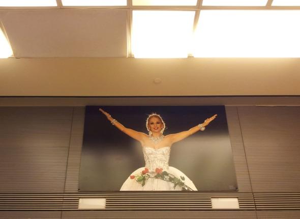Η φωτογραφία της Αλίκης δεσπόζει στο θέατρο. © beautyworkshop.gr