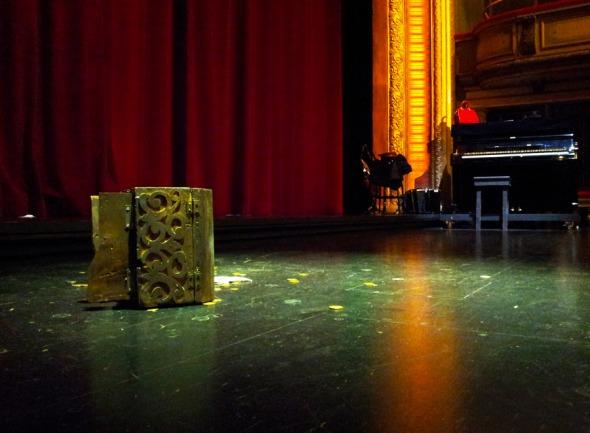 Η παράσταση μόλις έχει τελειώσει και το κουτί με τα χρυσά νομίσματα του Αρπαγκόν μένει προκλητικά μόνο του, στη μέση της σκηνής, μετά το κλείσιμο της αυλαίας. © beautyworkshop.gr