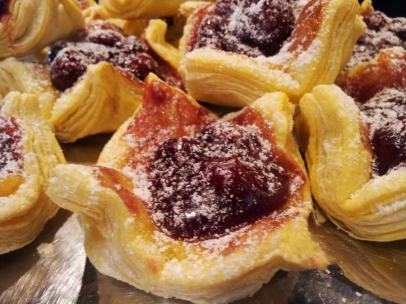 Εκτός από τη φωλιά της φωτογραφίας, υπάρχει και αυτή με την κρέμα λεμόνι, που είναι σαν μεταμοντέρνα lemon pie και εξίσου νόστιμη © beautyworkshop.gr