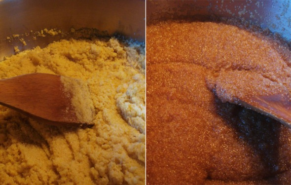 Αριστερά: Ανακατεύετε το σιμιγδάλι, μέχρι να πάρει χρυσό χρώμα (αν το μάτι της κουζίνας στο οποίο έχετε την κατσαρόλα είναι πολύ δυνατό, μπορείτε να χαμηλώσετε κάπως τη φωτιά (π.χ. αν έχει 6 θέσεις, επιλέγετε το 5). Δεξιά: Όταν ρίξετε το σιρόπι στο καυτό σιμγδάλι, το μείγμα θα πάρει είνα σούπερ κοκκινωπό χρώμα.  © beautyworkshop.gr