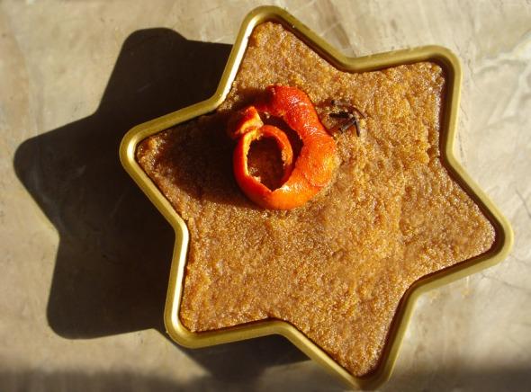 Η φλούδα από το σανγκουίνι λειτουργεί ως βρώσιμο ντεκόρ: στο σερβίρισμα, κόβετε ένα μικρό κομματάκι από τη φλούδα για κάθε κομμάτι χαλβά. © beautyworkshop.gr
