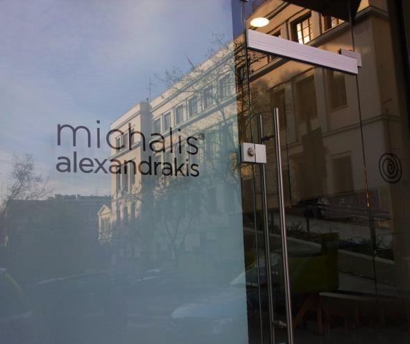 Ο λόγος που τράβηξα αυτήν τη φωτογραφία είναι η άψογη απεικόνιση του απέναντι κτηρίου πάνω στο τζάμι. © beautyworkshop.gr