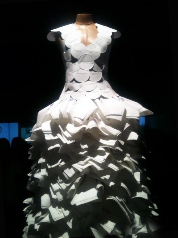 Το The Nupkin Dress δέσποζε στην είσοδο και έβαζε τους καλεσμένους στο κλίμα για τα όσα εντυπωσιακά θα παρακολουθούσαν στο show © beautyworkshop