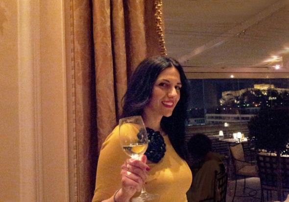 «Να φαίνεται και η Ακρόπολη, Χαριτωμένη!» Η Νόπη ποζάρει για μένα λίγο πριν το γεύμα, στο King George. © beautyworkshop
