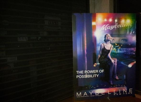 Πόστερ από το ημερολόγιο 2014 στη φετινή παρουσίαση της Maybelline (Φεβρουάριος 2014) © beautyworkshop