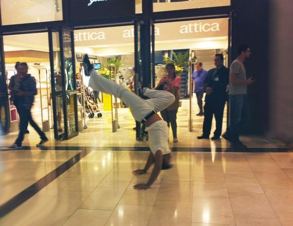 Στην παρουσίαση, οι άνθρωποι της μάρκας είχαν κανονίσει να υπάρχει μια εντυπωσιακή performance capoeira. Τράβηξα πάνω από 20, οι οποίες, δυστυχώς, βγήκαν φρικτά κουνημένες, πλην αυτής.  © beautyworkshop.gr