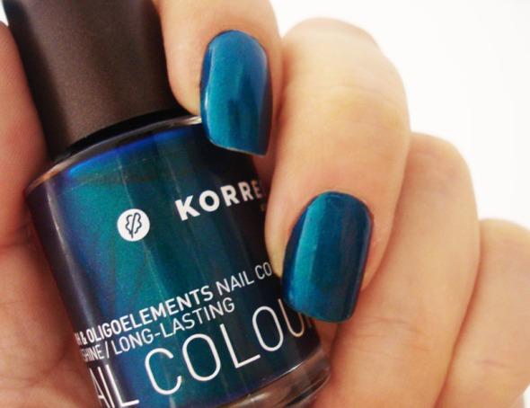 Αυτό το μεταλλικό μπλε-πράσινο πoυ θυμίζει φτέρωμα παγωνιού είναι ένα από τα 3-2 χρώματα που ξεχώρισα, από τα 12 της καλοκαιρινής σειράς βερνικιών Korres © beautyworkshop.gr