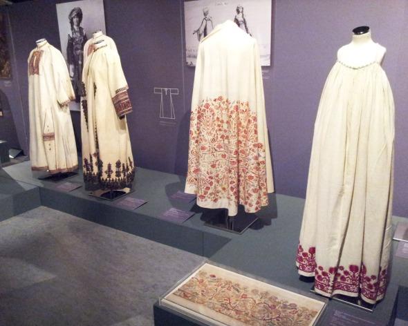 Από την έκθεση «Αχνάρια Μεγαλοπρέπειας - Μια νέα ματιά στην παράδοση της Ελληνικής γυναικείας φορεσιάς» στον Ελληνικό Κόσμο. Πληροφορίες: http://www.hellenic-cosmos.gr/ © beautyworkshop.gr