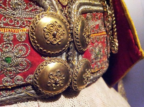 Λεπτομέρεια από την προηγούμενη φορεσία. Από την έκθεση «Αχνάρια Μεγαλοπρέπειας - Μια νέα ματιά στην παράδοση της Ελληνικής γυναικείας φορεσιάς» στον Ελληνικό Κόσμο. Πληροφορίες: http://www.hellenic-cosmos.gr/ © beautyworkshop.gr