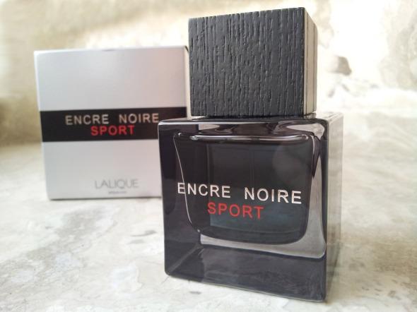 Το πακετάρισα βιαστικά, για τον G. επειδή καμιά φορά ξεχνάει να πάρει μαζί του άρωμα (αυτό είναι δικαιολογία, φυσικά: το έβαλα επειδή εγώ θέλω καμιά φορά να μυρίζω κάτι καινούργιο πάνω του!). Το Encre Noir Sport της Lalique είναι ένα ξυλώδες aromatic (τύπου fougère, αλλά πιο υδάτινο), δηλαδή ανήκει σε αυτό που λέμε κατηγορία του συρμού -όλοι λανσάρουν από ένα παρόμοιο, προσπαθώντας να πετύχουν το επόμενο μεγάλο best seller τύπου Cool Water. Το Encre Noir Sport, ευτυχώς, δεν πέφτει σε αυτήν την παγίδα και σέβεται με το παραπάνω την ιστορία της μάρκας, αλλά και του κλασσικού Encre Noir, του οποίου αποτελεί, κατά ένα τρόπο, συνέχεια. Καθαρό, αεράτο, υδάτινο, μεν, αλλά με μια πικάντικη επιμονή και ένα κάτι τις από δημητριακά που το κάνει παράδοξα γήινο -στις νότες διαβάζω burbon και καθόλου δεν ξαφνιάζομαι. Τελικά, ο G. δήλωσε πως του αρέσει, άρα κατάσχεται, κι εγώ κλέβω από καμιά ψεκασιά στη ζούλα. © beautyworkshop.gr