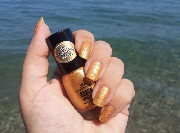 Το brand λέγεται Essence, είναι γερμανικό και έχει εξαιρετικά προϊόντα μακιγιάζ σε πολύ καλές τιμές. Τα γνώρισα μόλις πρόσφατα και έχω προλάβει να δοκιμάσω 2-3 μόλις: ένα απίθανο μολύβι ματιών, ένα συμπαθέστατο gloss και αυτό το εντυπωσιακό, χρυσό βερνίκι με εφέ άμμου. Η τιμή του σχεδόν εξωπραγματική (2€), αν αναλογιστεί κανείς πως πρόκειται για ένα πολύ καλό βερνίκι, που στεγνώνει αμέσως και χρειάζεται μόνο 1 πέρασμα για το αποτέλεσμα της φωτογραφίας (στο συγκεκριμένο πέρασμα, το μανικιούρ κράτησε 6 μέρες -την έβδομη το άλλαξα, όχι επειδή ξέφτισε, αλλά επειδή ήθελα να αλλάξω χρώμα.)  © beautyworkshop.gr