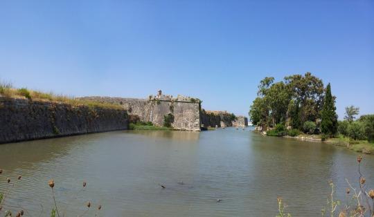 Το κάστρο, λίγα μέτρα πριν τη γέφυρα που ενώνει τη Λευκάδα με την ενδοχώρα © beautyworkshop.gr