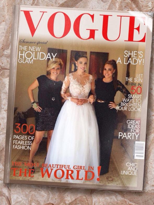 Η Μαριτζίνα και η Γεωργία (in black, εκατέρωθεν) έφτιαξαν αυτό το φοβερό Vogue εξώφυλλο για την κουκλάρα Νόπη, η οποία έλαμπε κυριολεκτικά σε ένα υπέροχο sur mesure νυφικό του Στυλιανού (http://www.stylianos.com.gr). Έξτρα bonus, τα απαστράπτοντα σκουλαρίκια Swarovski. © beautyworkshop.gr